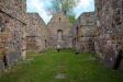 Stor kyrka. Man har låtit gravhällarna vila mot murarna.