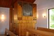 I kapellets bakre del står en orgel.
