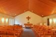 Ett enkelt kyrkorum men har både krucifix och dopfunt signerade Erik Höglund