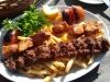Kebab och kycklingspett med pommes och grillad tomat