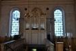 Orgeln står över den branta trappan