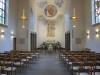 Enkel inredning med lösa stolar för kyrkbesökare ger mest intryck av samlingslokal.