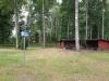 Tältplats med vindskydd och grillplats.