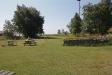 Innanför stranden finns härliga grönområden med några bänkar och bord..