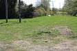 Från badet sett på höger sida finns dålig gräsplätt.