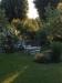 Här finns en härlig trädgård att fika i!
