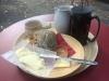En ostfralla med kaffe