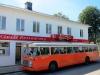 Motorentusiaster på besök. Vad kan passa bättre än en klassisk gammal SJ-buss framför fasaden på R1.