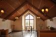 Enkel interiör med altartavla mot naturen
