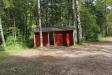 Vid skogskanten ligger ett litet omklädningsrum