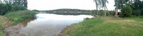 Panoramavy över badplatsens strand och brygga