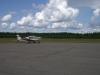 Ett besökande flygplan på plattan.