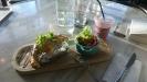 Hallonsmoothie och bakad potatis med kycklingröra och sidosallad