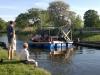 Passagerarbåten har just klämt sig emellan bron