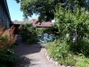 Mysig cafeträdgård på baksidan