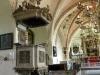 krucifixkrönta altaruppsatsen är från 1600-talet och altartavlan föreställer Kristi gravläggning