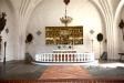 Altaret och altarskåpet.