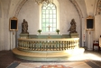 På altarets vänstra sida står denna staty.