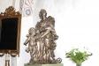 På altarets högra sida står denna staty.