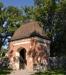 En snygg stiglucka som nästan ser ut som ett litet kapell