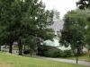 I gröna lummiga kullar ligger kyrkan mjukt Juli 2010