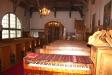 Altaret är murat och putsat med en polerad kalkstensskiva.