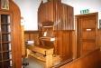 I hörnet omedelbart innanför entrén på vänster sida står kapellets orgel.