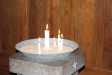 Predikstolen till vänster om altaret är klädd med samma typ av panel som väggarnas bröstning.