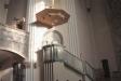 Predikstolen utförd i grönådrig gropptorpsmarmor i två nyanser.