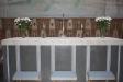 Altaret har en dekorativ framsida av kalksten.