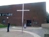 Kyrka inklusive kors och präst.