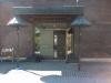 Ingången ligger på baksidan.