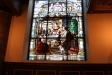 En av kyrkans glasmålningar.