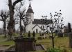 Kyrkan och kyrkogården har ett vackert läge.