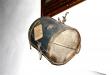 En trumma från 1719 hänger över sakristiadörren.