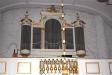 Altaret av trä smyckas av en väldig oljemålning