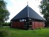 Taket har formen av en fyrsidig pyramid och är svart