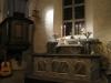 Predikstolen osmyckad och enkel och muren bakom är målad ett för 1700-talet typiskt blått draperi