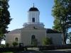 Kyrkan sedd från ingången till kyrkogården