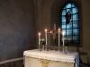 Altaret med ljusstakar från 1735 och silverkors från 1962 Glasmåkningen i korfönstret tillkom 1894