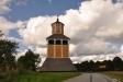 Den fina klockstapeln står en bit ifrån kyrkan