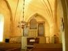 Orgeln står lätt upphöjd längst bak i kyrkan