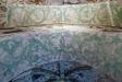 Bibliska gestalter i samspråk ovanför altarets ´prediklucka´.