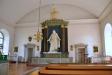 En väldig kopia av Thorvaldsens Kristus över altaret