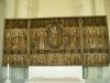 Vackert altarskåp och dopfunt i norra korsarmen