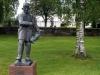 Vid kyrkan finns en staty av Gås-Anders skapad av Bror Hjorth. Juli 2009