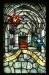 Altaret flankeras av två fönster.