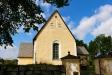 Kyrkan kortsida och en stigport.