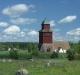 kyrka och klockstapel i landskap