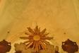 alldeles ovanför solen i altaruppsatsen finns ett ansikte i valvet.